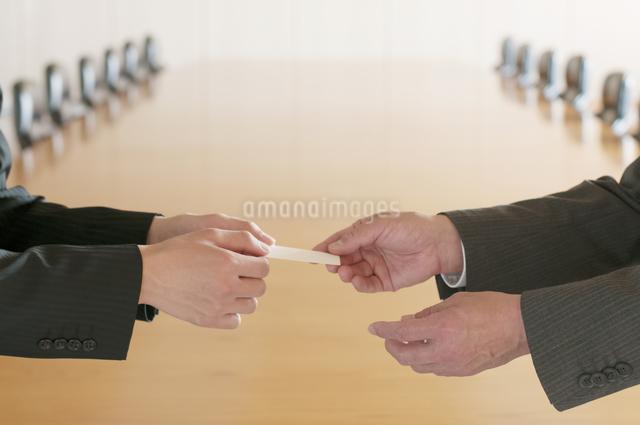 名刺交換をするビジネスマンの手元の写真素材 [FYI04553078]