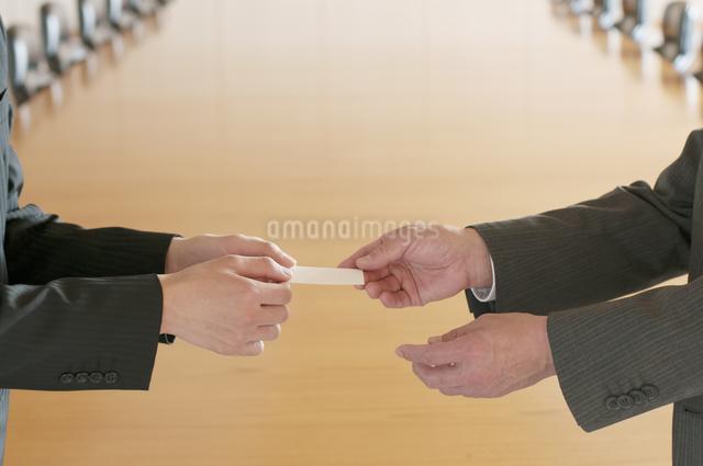 名刺交換をするビジネスマンの手元の写真素材 [FYI04553079]