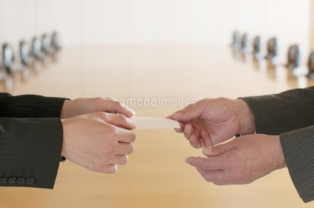名刺交換をするビジネスマンの手元の写真素材 [FYI04553082]