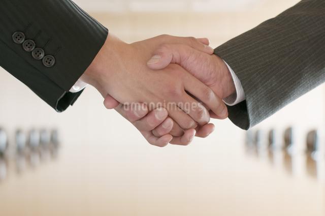 握手をするビジネスマンの手元の写真素材 [FYI04553083]