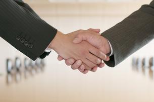 握手をするビジネスマンの手元の写真素材 [FYI04553085]