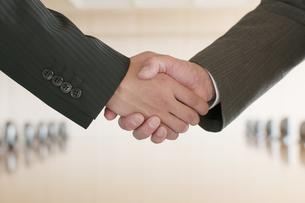 握手をするビジネスマンの手元の写真素材 [FYI04553086]