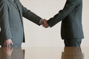 握手をするビジネスマンの写真素材 [FYI04553089]