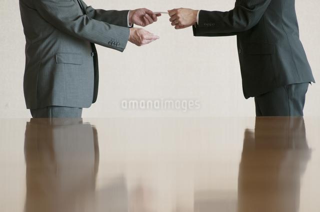 名刺交換をするビジネスマンの写真素材 [FYI04553090]