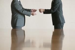 名刺交換をするビジネスマンの写真素材 [FYI04553091]
