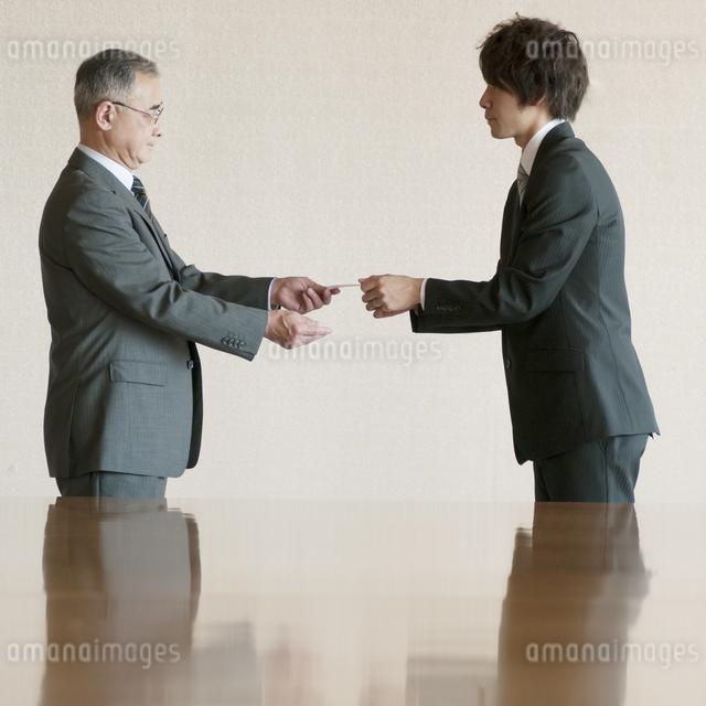 名刺交換をするビジネスマンの写真素材 [FYI04553092]