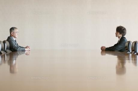 会議室で向き合うビジネスマンの写真素材 [FYI04553097]