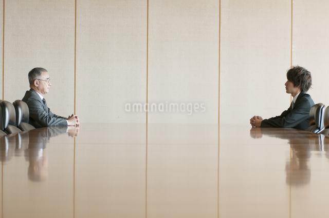 会議室で向き合うビジネスマンの写真素材 [FYI04553098]