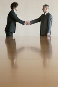 握手をするビジネスマンの写真素材 [FYI04553099]