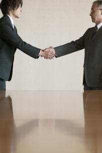 握手をするビジネスマンの写真素材 [FYI04553100]
