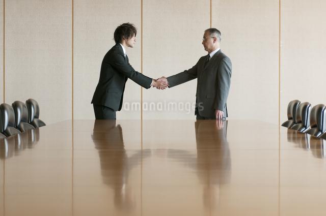 握手をするビジネスマンの写真素材 [FYI04553103]