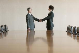 握手をするビジネスマンの写真素材 [FYI04553105]