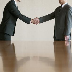 握手をするビジネスマンの写真素材 [FYI04553106]
