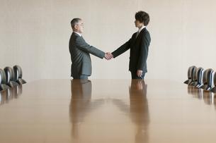 握手をするビジネスマンの写真素材 [FYI04553110]