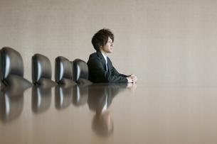 会議室で真剣な表情をするビジネスマンの写真素材 [FYI04553135]