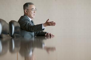 会議室で発言をするビジネスマンの写真素材 [FYI04553139]