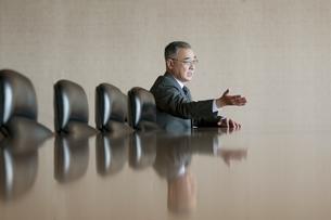会議室で発言をするビジネスマンの写真素材 [FYI04553140]