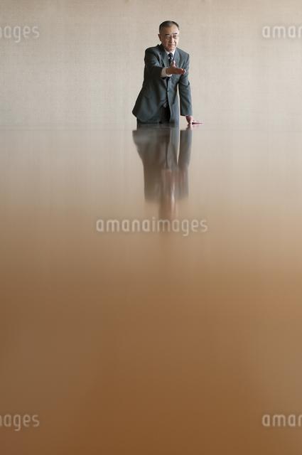 会議室で発言をするビジネスマンの写真素材 [FYI04553144]