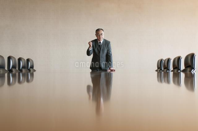 会議室でガッツポーズをするビジネスマンの写真素材 [FYI04553148]
