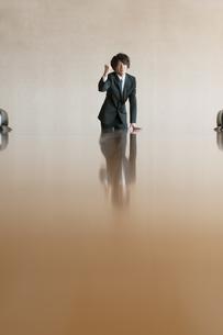 会議室でガッツポーズをするビジネスマンの写真素材 [FYI04553158]