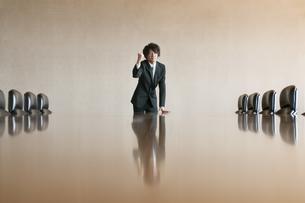 会議室でガッツポーズをするビジネスマンの写真素材 [FYI04553159]
