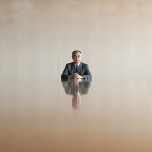 会議室で真剣な表情をするビジネスマンの写真素材 [FYI04553160]