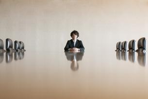 会議室で真剣な表情をするビジネスマンの写真素材 [FYI04553164]
