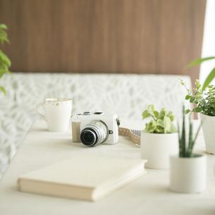 テーブルの上のミラーレス一眼カメラの写真素材 [FYI04553176]