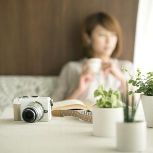 テーブルの上のミラーレス一眼カメラの写真素材 [FYI04553188]
