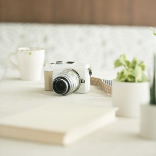 テーブルの上のミラーレス一眼カメラの写真素材 [FYI04553198]