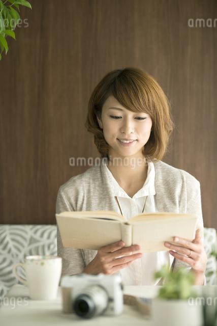 本を読む女性の写真素材 [FYI04553213]