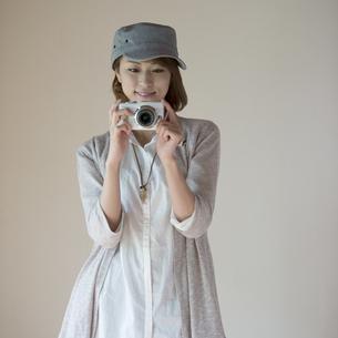 ミラーレス一眼カメラで写真を撮る女性の写真素材 [FYI04553229]