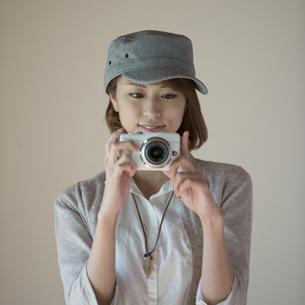 ミラーレス一眼カメラで写真を撮る女性の写真素材 [FYI04553237]