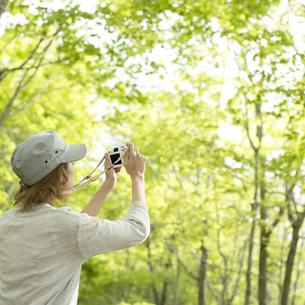 ミラーレス一眼カメラで写真を撮る女性の後姿の写真素材 [FYI04553318]