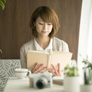 本を読む女性の写真素材 [FYI04553357]