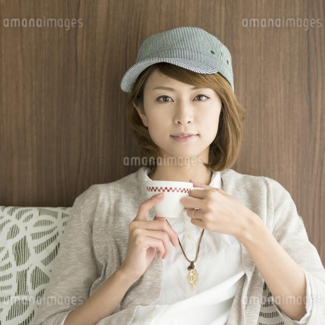 コーヒーカップを持つ女性の写真素材 [FYI04553380]