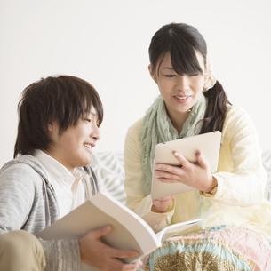 タブレットPCを見るカップルの写真素材 [FYI04553400]