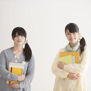 微笑む大学生の写真素材 [FYI04553435]