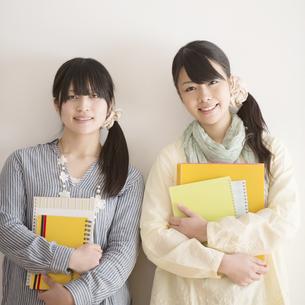 微笑む大学生の写真素材 [FYI04553437]