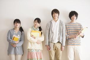 微笑む大学生の写真素材 [FYI04553438]