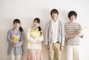 微笑む大学生の写真素材 [FYI04553439]