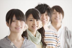 微笑む大学生の写真素材 [FYI04553440]