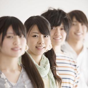 微笑む大学生の写真素材 [FYI04553443]