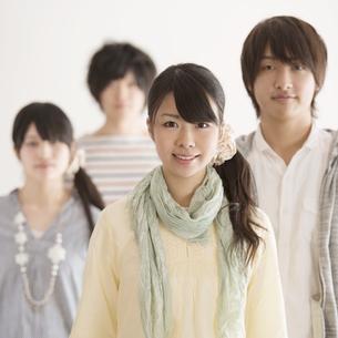 微笑む大学生の写真素材 [FYI04553448]