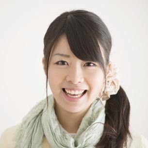 微笑む女性のポートレートの写真素材 [FYI04553462]
