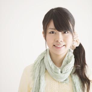 微笑む女性のポートレートの写真素材 [FYI04553463]