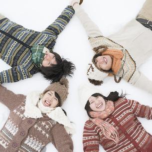 雪原に寝転ぶ大学生の写真素材 [FYI04553469]