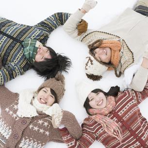 雪原に寝転ぶ大学生の写真素材 [FYI04553471]