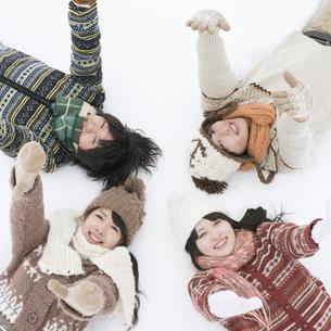 雪原に寝転ぶ大学生の写真素材 [FYI04553472]