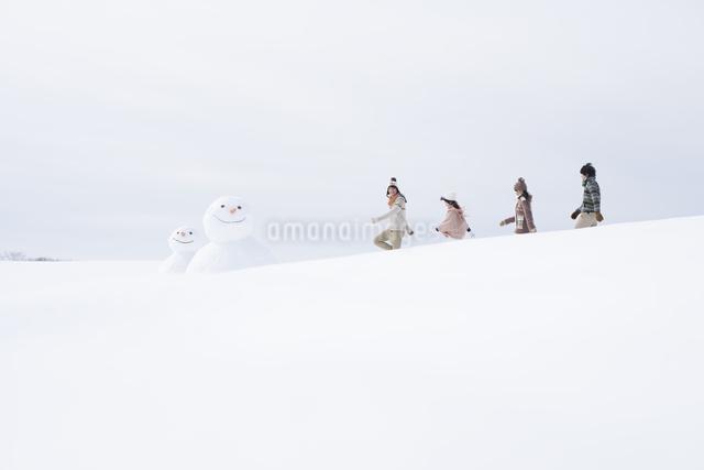 雪原を歩く大学生の写真素材 [FYI04553515]